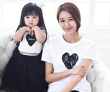 ブラックハート円形の母親と赤ちゃんショートTシャツ_15B08