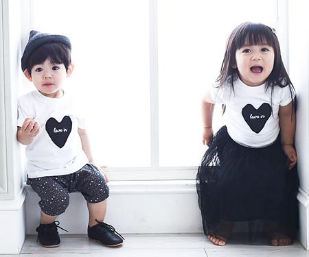 ブラックハート円形の赤ちゃんショートTシャツ_15B08